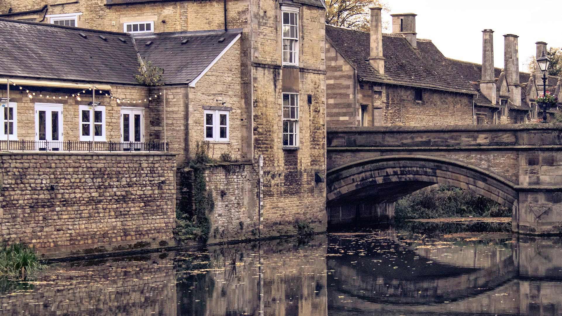 Stamford's Georgian buildings next to bridge